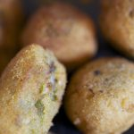Croquetas de patata y pimientos verdes fritos