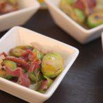 Coles de Bruselas salteadas con ibérico sobre carpaccio de manzana