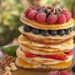 Tortitas de vainilla con frutas y sirope de nuez
