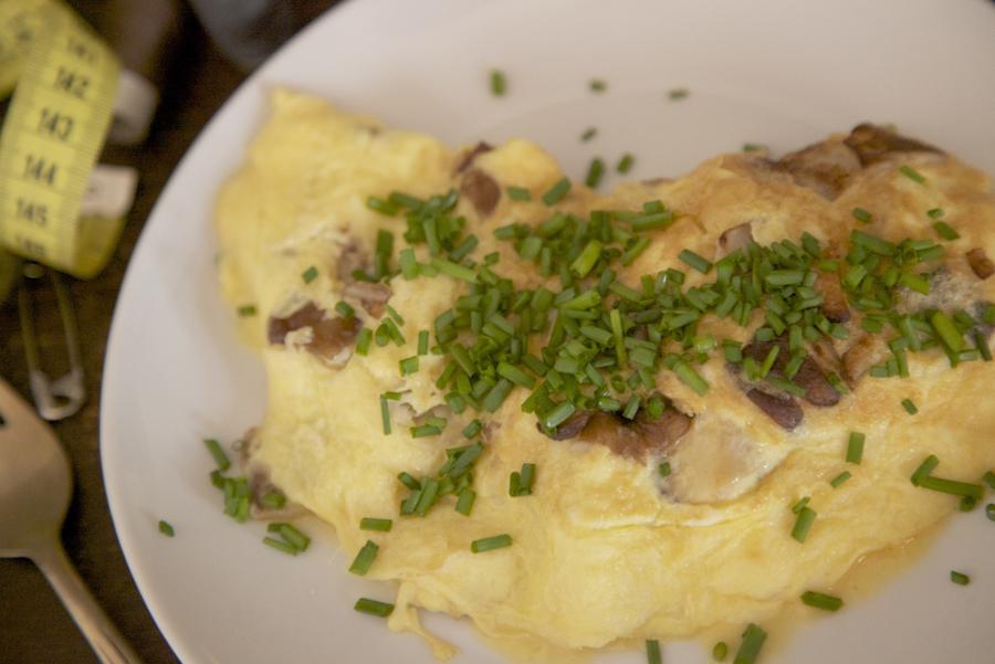 Tortilla de setas con mantequilla y cebollino fresco