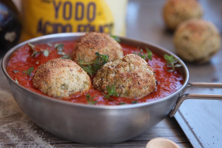 Albóndigas de berenjena con salsa de tomate y calabaza