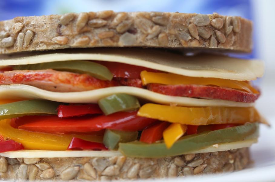 Sándwich de lomo con pimientos de colores