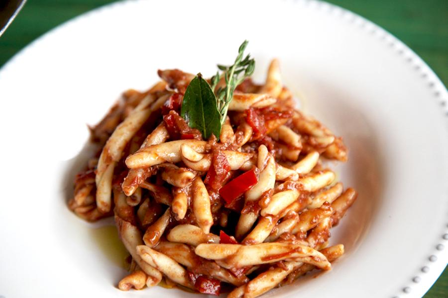 Pasta fresca con salsa de pimiento rojo