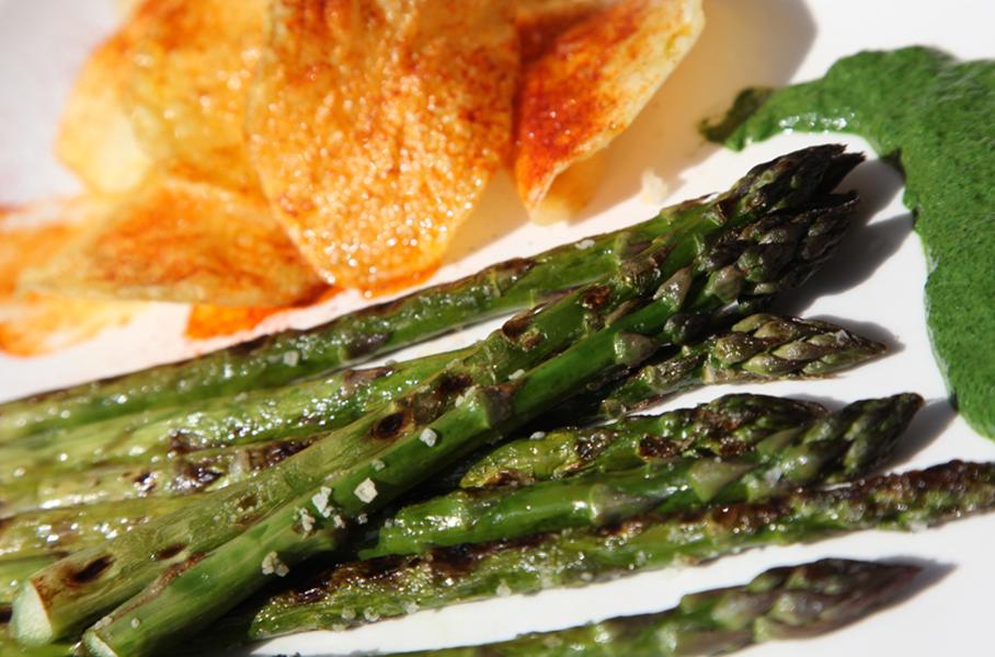 Espárragos verdes con salsa de espinacas