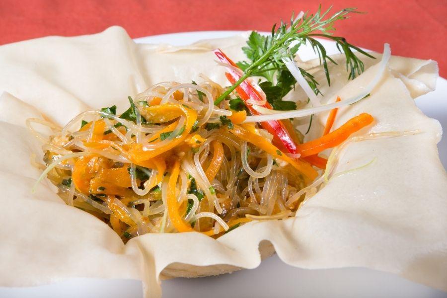 Fideos chinos de arroz o noodles con verduras