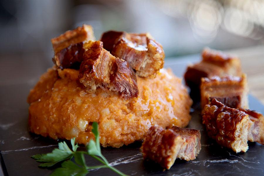 Patatas revolconas o meneás con torreznos