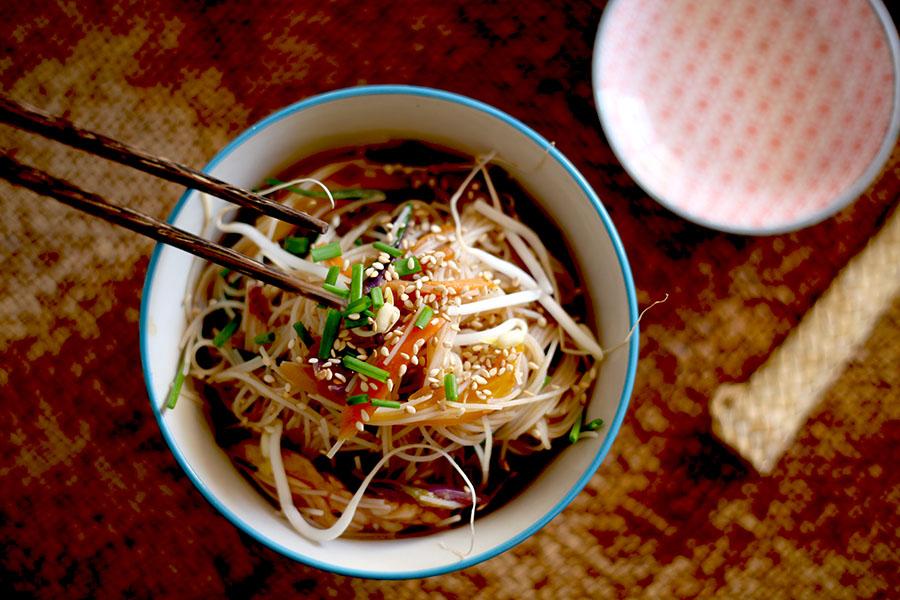 Noodles o fideos de arroz con verduras